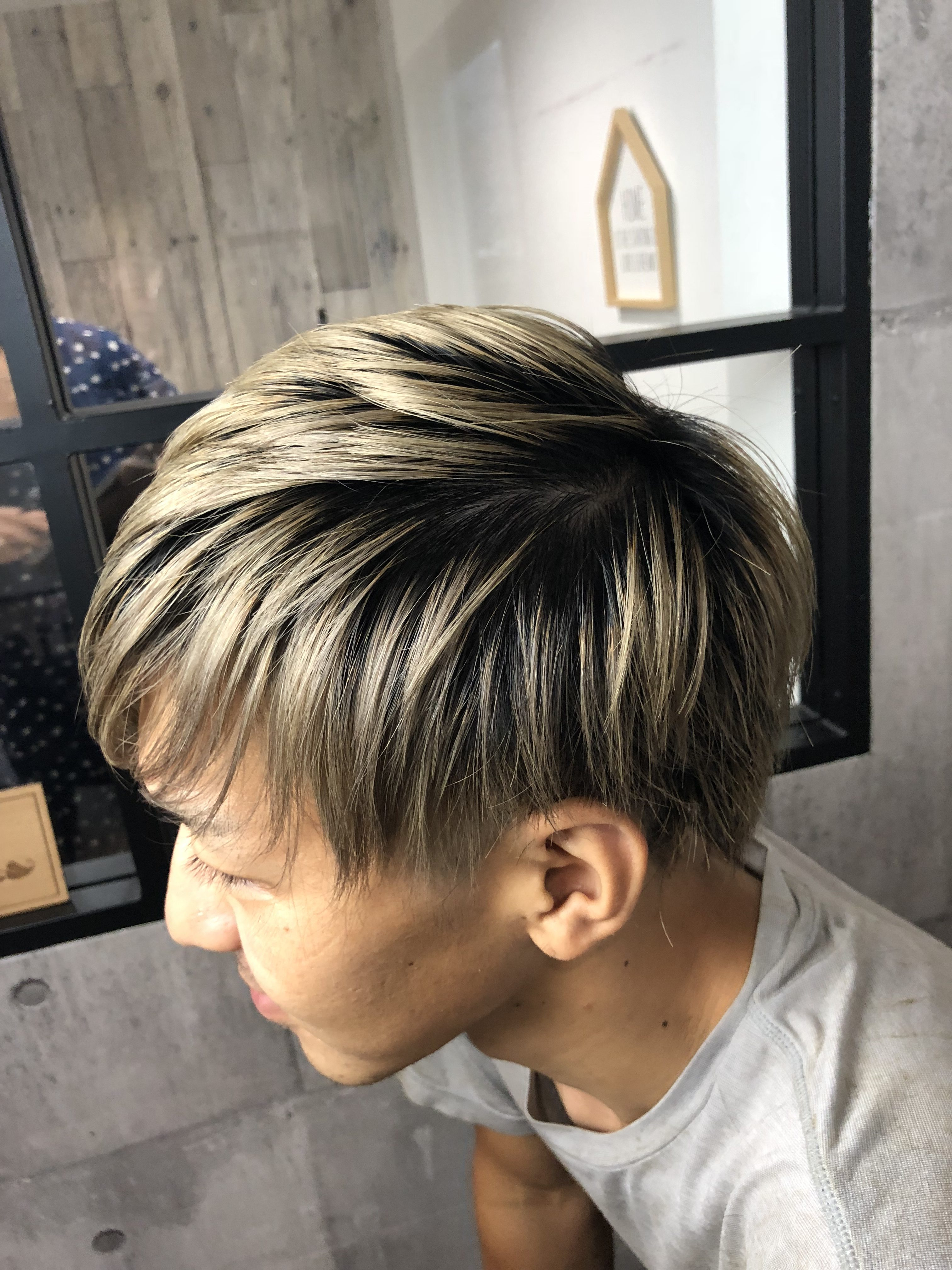 短い髪のハイトーンは根元を暗くする